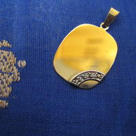 Hängsmycke i 18 K guld. Platta med 3 st briljanter.