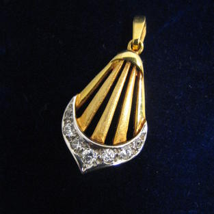 Stilrent hängsmycke med äkta 6 stycken briljanter från -90talet0.