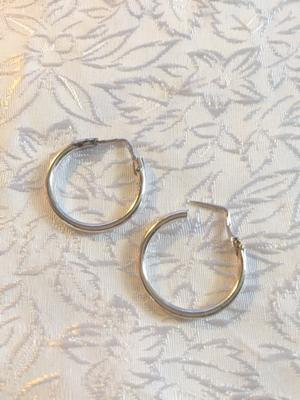 Örhängen i äkta silver.  Stämplade med 925 sterling silver.  Diameter : 20 mm