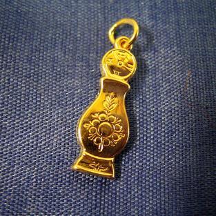 Hängsmycke i 18 K guld.Moraklocka, golvur