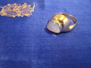 Guldring i 18 karat guld med månsten.Ovanlig modell !