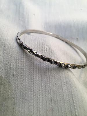 Armring i äkta  silver.Svart oxiderat mönster. 1960talet