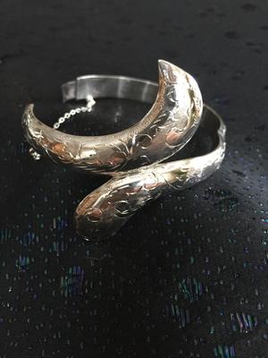 Armring i äkta silver med handgraverat mönster.