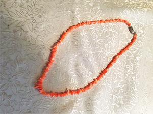 Halsband med äkta koraller.
