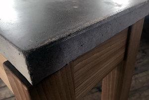 Sideboard i alm med bordsskiva av betong