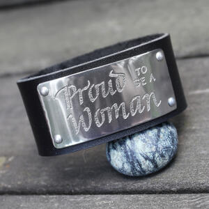 "Läderarmband med text ""Proud to be a woman"""