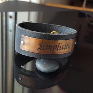 """Läderarmband med text """"Simplicity"""""""