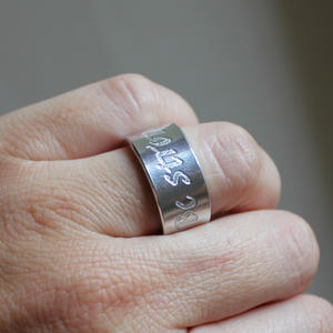"""Ring med texten """"Be strong"""""""