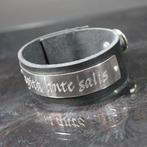 """Läderarmband med latinskt citat """"Cogita ante salis"""""""