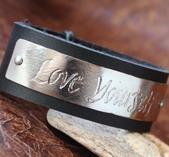 """Love Yourself"" läderarmband med kalligrafi"