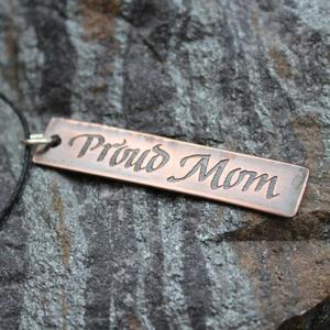 """Smycke med text """"Proud Mom"""""""