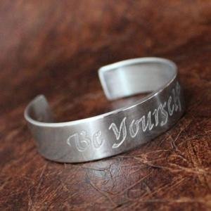 """Be Yourself"" armring med text"