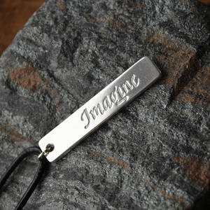 "Halsband med ordet ""Imagine"""