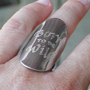 "Knogring med handskriven text ""Born to be Wild"""