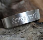 """Latinsk text """"Semper fidelis"""" på stelt armband"""