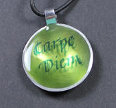"""Halsband med latinskt citat """"Carpe Diem"""""""