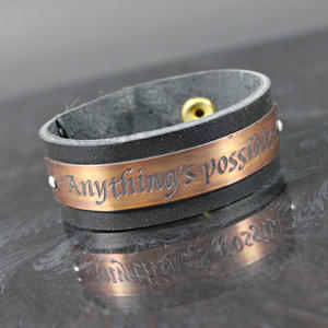 """Läderarmband med text """"Anything's possible"""""""