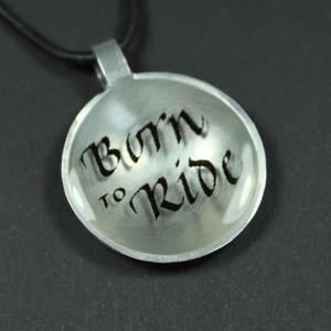 """Born to Ride"" berlock med text"