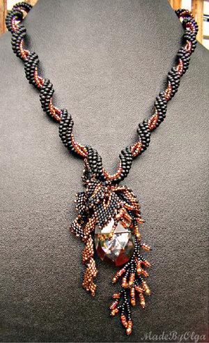 Mönster på pärlat halsband av Olga (Blackie).. (skickas per e-post)