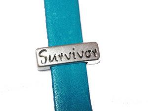 Slider i grekiskt kvalitetsmetall med ordet Survivor, 17*5 mm. Hålet är 10*2 mm.