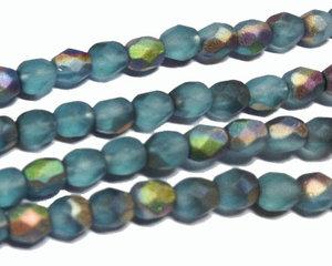 Fasetterade matta dimblå pärlor med metallic lyster, 4 mm. En sträng.