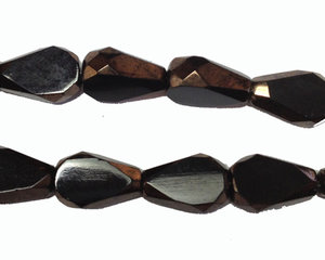 Fasetterad platt svart pärla med bronskanter, 10*7 mm. En sträng.
