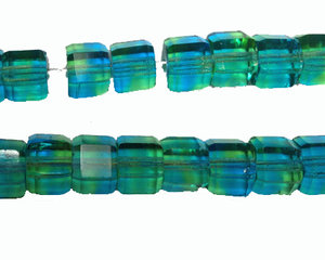 Fasetterad sexkantig blågrön pärla, 6*8 mm. En sträng.