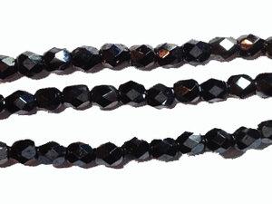 Fasetterad tjeckisk fire polish pärla i hematitfärg, 4 mm. En sträng.