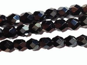 Fasetterad tjeckisk fire polish pärla i hematitfärg, 6 mm. En sträng.