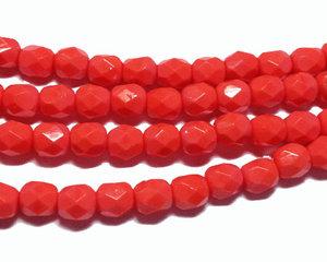 Fasetterade korallröda pärlor, 4 mm. En sträng.