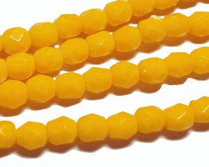 Fasetterade opaka äggula pärlor, 4 mm. En sträng.