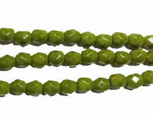 Fasetterad tjeckisk fire polish pärla i mörk lime, 4 mm. En sträng.