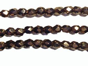 Fasetterad tjeckisk fire polish pärla i svagt transparent lila kristall med mörkt guldöverdrag, 6 mm. En sträng.