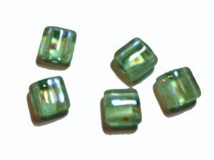 Tjeckisk ljusgrön 2-hålig tilepärla med peacockprickar, 6 mm. 20-pack.