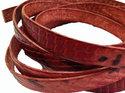 Ljusrött platt brett läder med ormskinnseffekt, 10 mm brett. Per 20 cm.