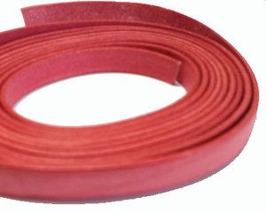 Ljusrött platt brett läder, 10 mm brett. Per 20 cm.