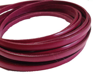 Cerisefärgat platt brett läder, 5 mm brett. Per 20 cm.
