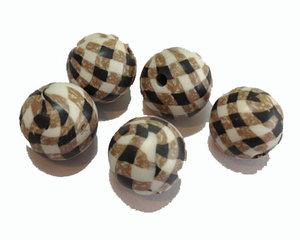 Fimopärlor med rutmönster i brunt och svart 12 mm. 5-pack.