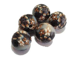 Fimopärlor med blommönster i grått och brunt, 12 mm. 5-pack.