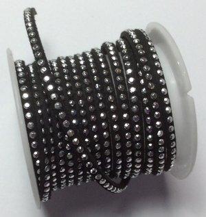 Syntetisk mocka med en rad silverbling, 5 mm bredd. Per 20 cm