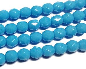 Fasetterad opaka ljusblå pärlor, 6 mm. En sträng.