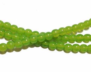 Halvopaka äppelgröna runda glaspärlor, 4 mm. En sträng