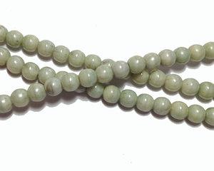 Opaka gråbeige runda glaspärlor, 4 mm. En sträng
