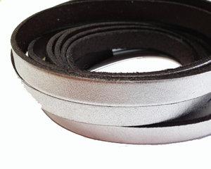 Silverfärgat brett läder, 10 mm brett. Per 20 cm.