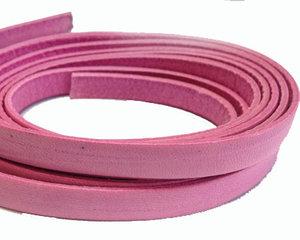 Rosa brett läder, 10 mm brett. Per 20 cm.