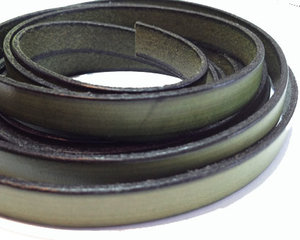 Olivgrönt brett läder, 10 mm brett. Per 20 cm.