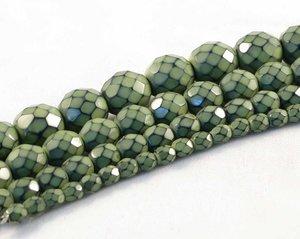 Ljust olivgröna fasetterade pärlor i snakecoating, 8 mm. Ca 16 cm sträng.