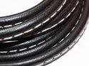 Svart Regaliz läder med söm, 10*6 mm. Priset är per 5 cm.