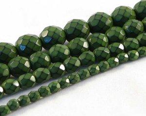 Gröna fasetterade pärlor i snakecoating, 8 mm. Ca 16 cm sträng.