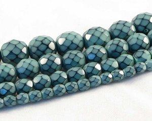 Dimblå fasetterade pärlor i snakecoating, 8 mm. Ca 16 cm sträng.